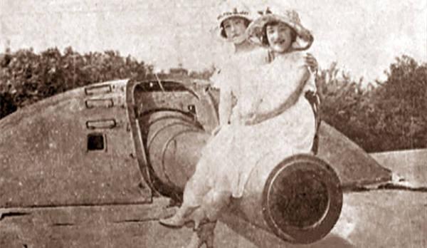 德国在青岛修筑炮台老照片:炮台上合影的日本女子