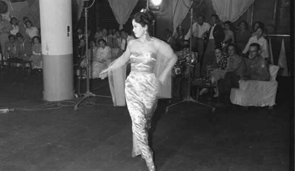 1953年韩国舞女跳艳舞欢送美国高官
