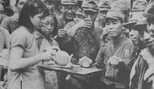 """组图:日军摆拍失败的""""亲善""""照片"""