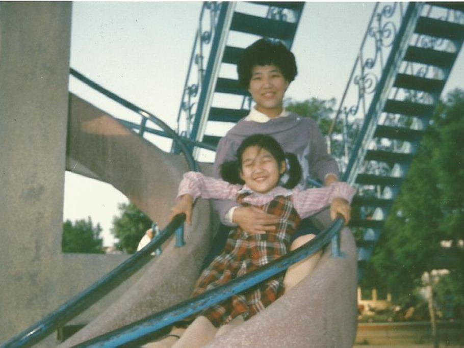 当年陪我滑滑梯的妈妈已不在