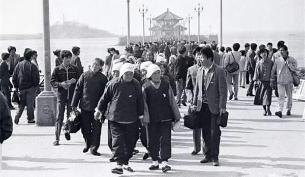 90年代青岛老照片:八旬老妇游栈桥