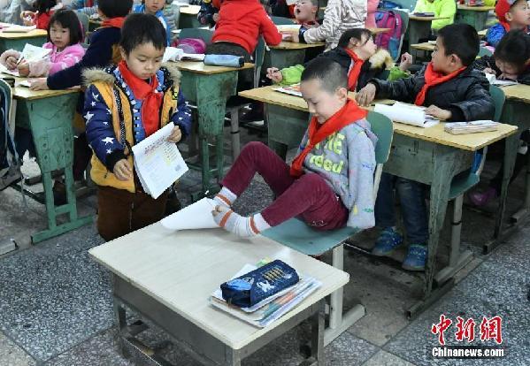 无臂男孩生活学习不耽误 用脚当手无异于普通儿童