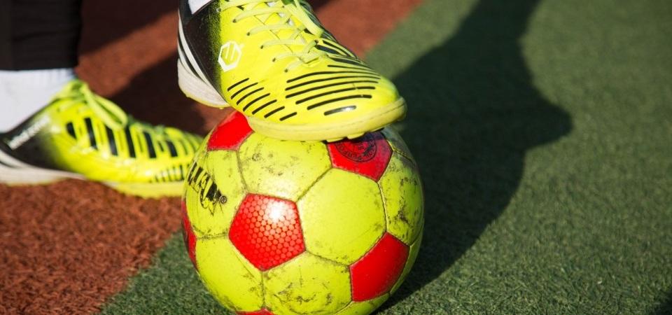 """盲人足球队:在黑暗中奔跑 用耳朵""""踢""""球"""