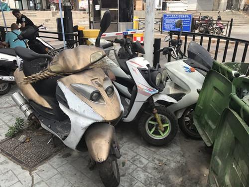 登州路街道清理辖区僵尸摩托车
