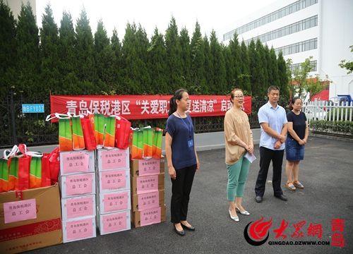 青岛前湾保税港区总工会领导对环卫工人表示慰问.