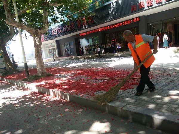 东阁街道环卫工人清扫鞭炮纸屑,整洁市容环境