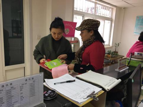 秀峰路社区发放卫计政策宣传台历