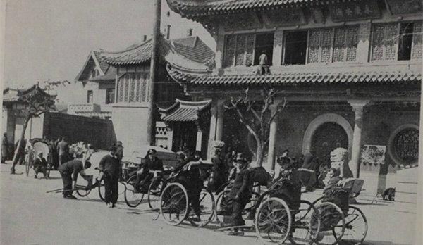 1948年青岛的老照片:天后宫门前人力车夫靠活