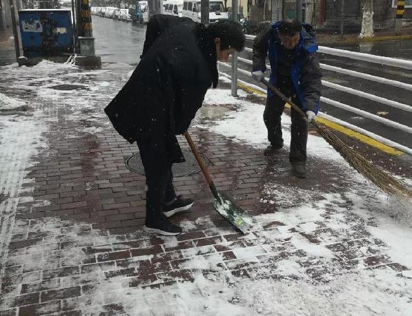 社区在行动 扫雪不惧寒冬冷 平安道路添温暖