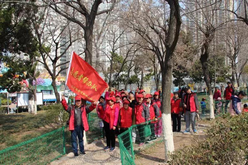 """贮水山社区党委开展""""共享健康 凝聚力量""""登山健步行活动"""