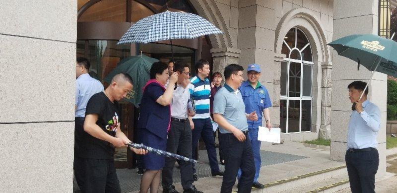 杨旭东区长端午节期间对特色街进行调研