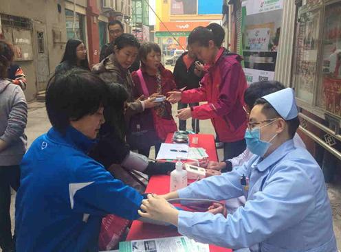 青海路社区联合青岛惠好糖尿病医院开展志愿便民服务活动