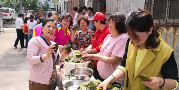 阜新路街道西太平社区举行端午包粽子活动