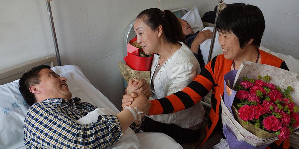 组图:青岛好乘客探望患病司机 家属拥抱恩人喜极而泣