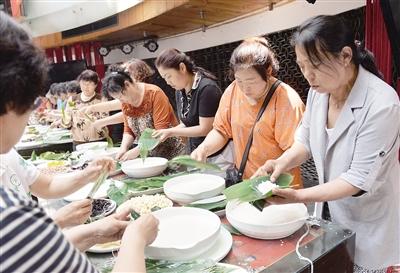 青岛社区端午节包粽子大赛