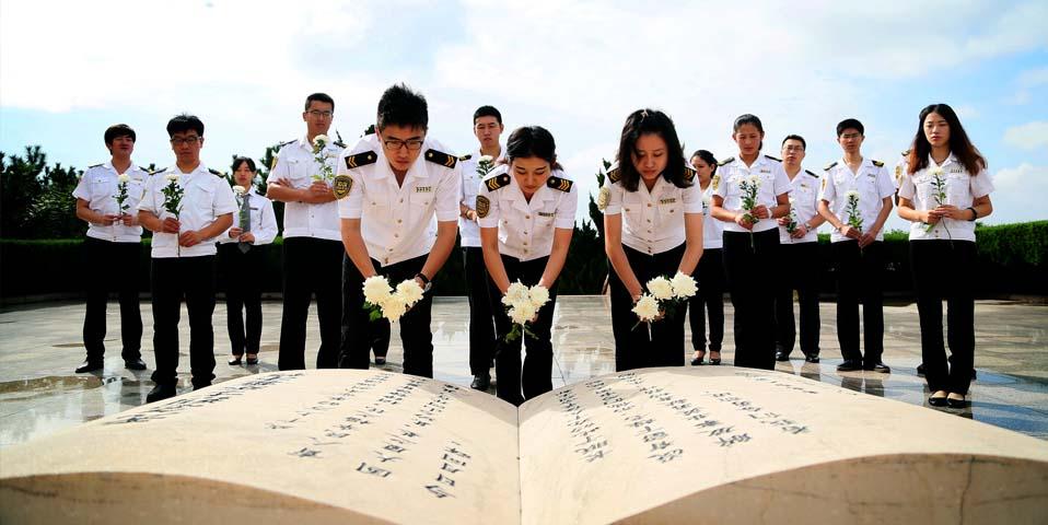 国家首个烈士纪念日 交运员工进陵园缅怀先烈