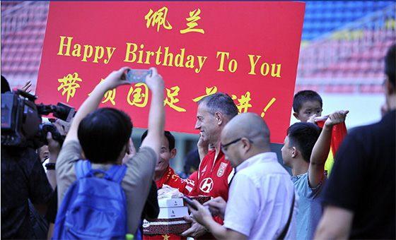 国足轻松备战与泰国热身赛 佩兰生日收球迷祝福