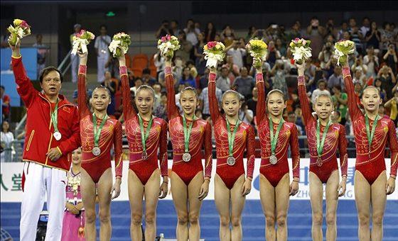 体操世锦赛女团决赛 中国失误遗憾摘银
