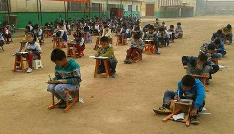 重度霾天气 邯郸一学校小学生露天蹲着考试