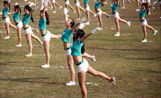 养眼!浙大高校学生热裤露脐装做广播体操