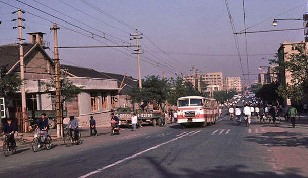 组图:1983年的青岛市街 自行车满大街跑
