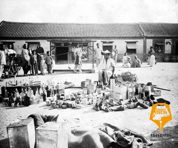 20世纪初的台东镇老照片:集市人头攒动 街头看戏的孩子