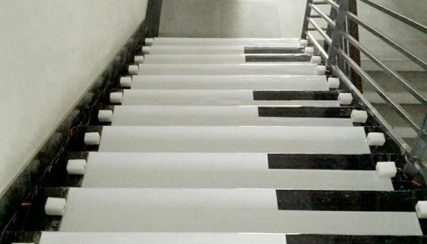 成都某大学现音乐楼梯 上下楼梯可弹琴