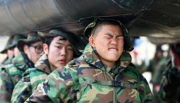 韩国军队举办冬令营 少男少女头顶橡皮艇