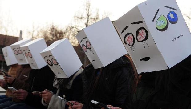 """山东大学生行为艺术拒绝""""手机依赖"""""""