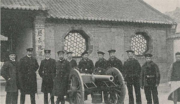 老照片:总兵衙门 德国军官士兵 清军士兵