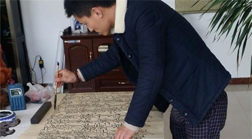 青岛一笔奇人 80后小伙一笔能写本三字经