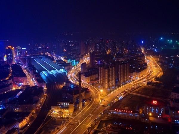 组图:航拍青岛大桥夜景 流光溢彩如梦幻之城