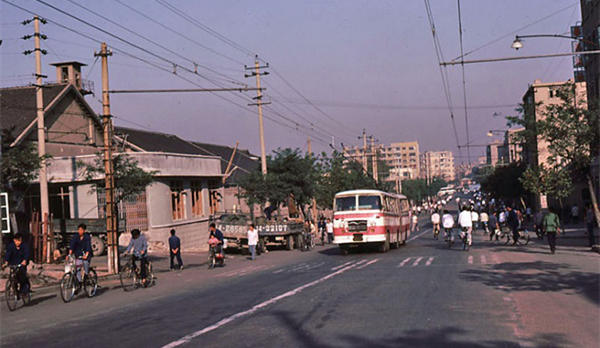 老照片:1983年的青岛的街道