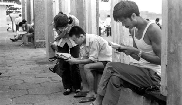 上世纪80年代青岛老照片:公园兴起读书热