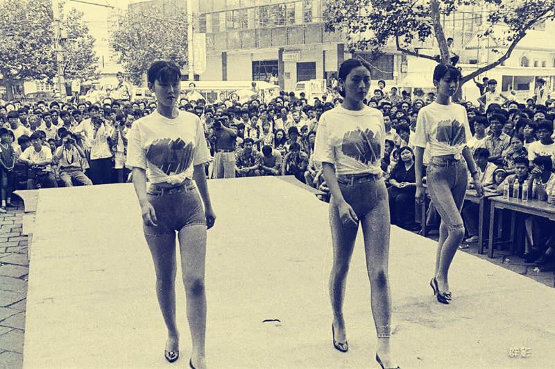 1989年,第三百货商店,模特身着流行紧身裤进行展示.jpg