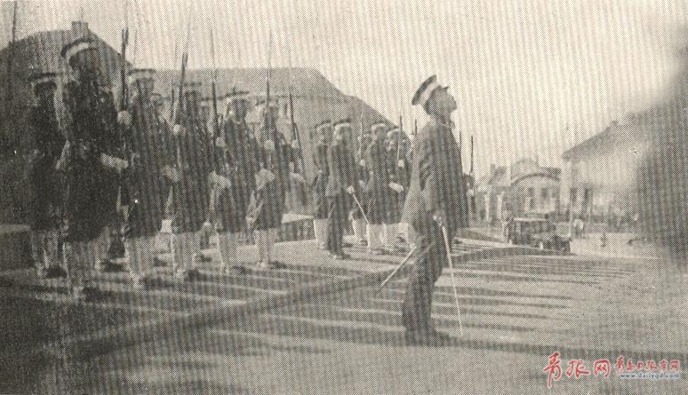 接收青岛仪式上中日双方举行升降旗仪式。图为中国警察奏军乐并行枪礼式.jpg