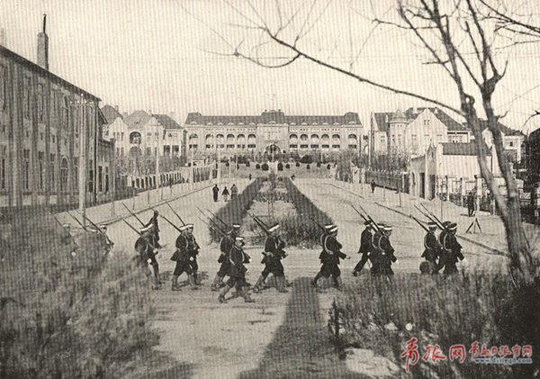 青岛回归后,中国警察执行巡逻任务.jpg