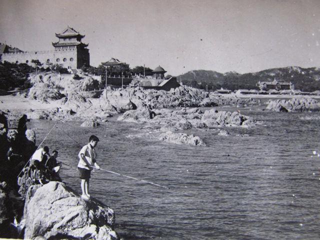 60年代鲁迅公园垂钓.jpg