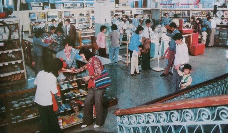 80年代青島老照片:中山路上的公交車
