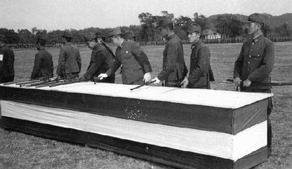 老照片:侵占青岛日军在汇泉湾投降