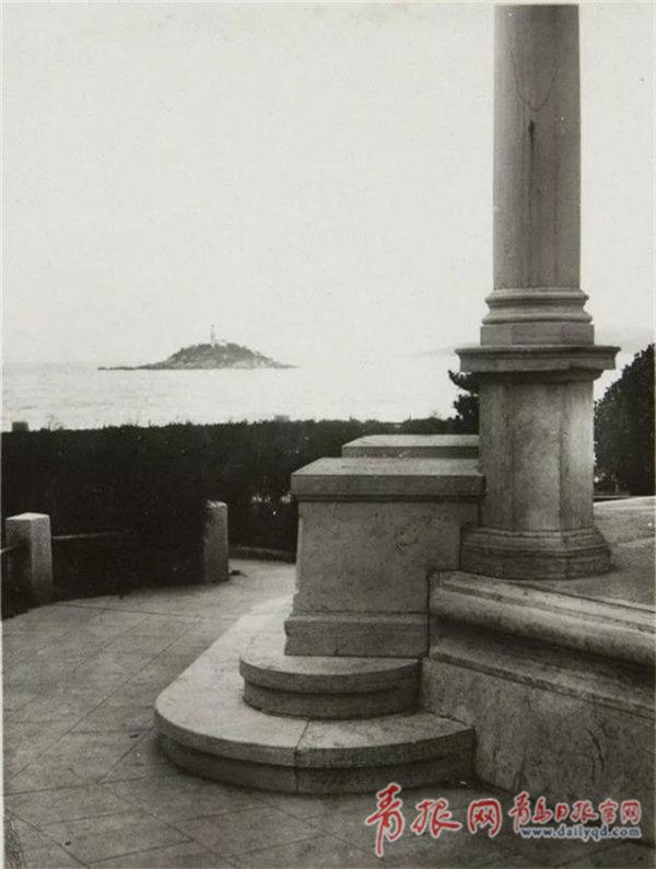 葉世克紀念碑局部。對面是小青島。.jpg