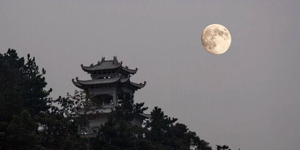 高清:崂山圆月挂 赏月听海别是一番浪漫在心间