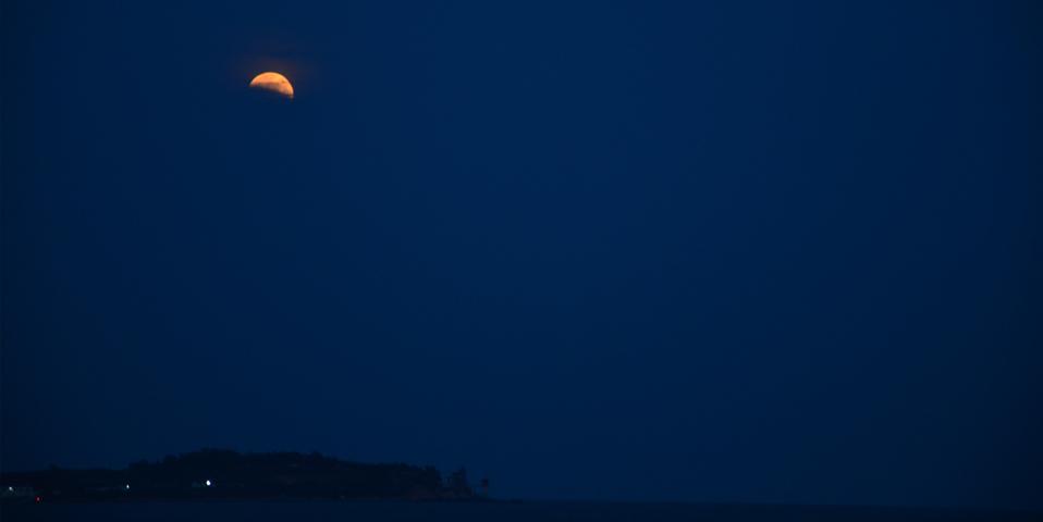 【高清】山海之间红月当头 情人坝上演红月食