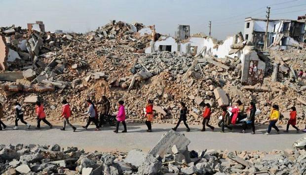 打工子弟学校被废墟包围 还需坚持三年