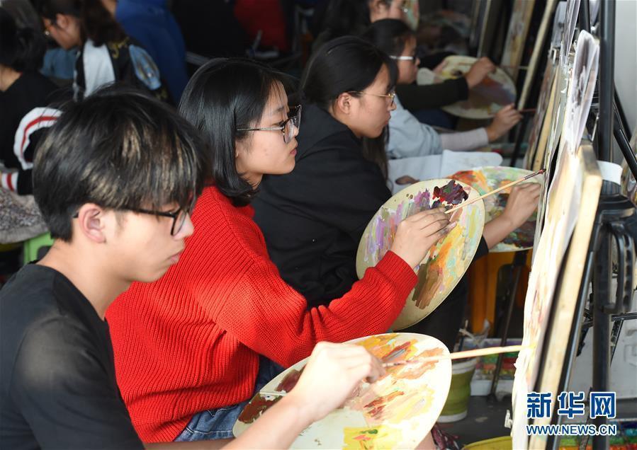 (教育)(1)江苏万余考生参加美术高考模拟考试