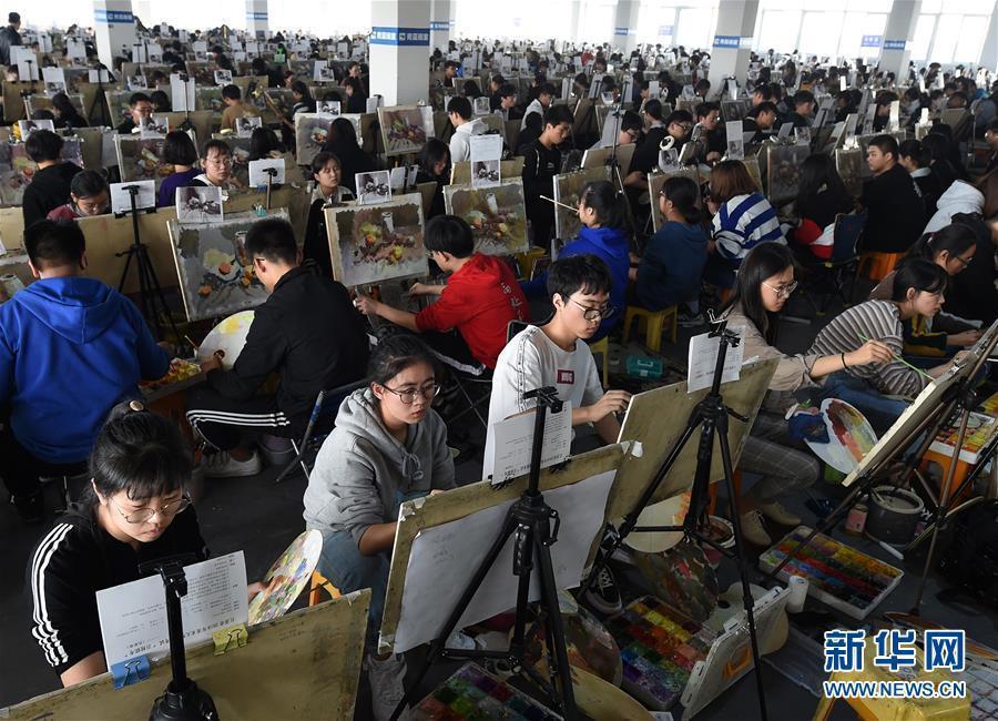 (教育)(2)江苏万余考生参加美术高考模拟考试