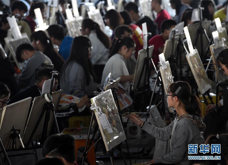 (教育)(3)江苏万余考生参加美术高考模拟考试