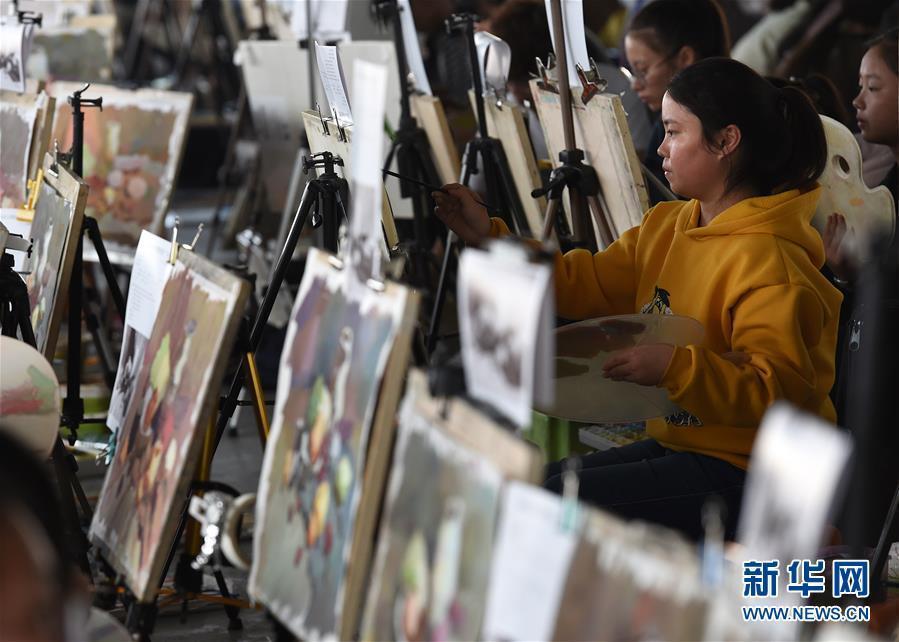 (教育)(4)江苏万余考生参加美术高考模拟考试