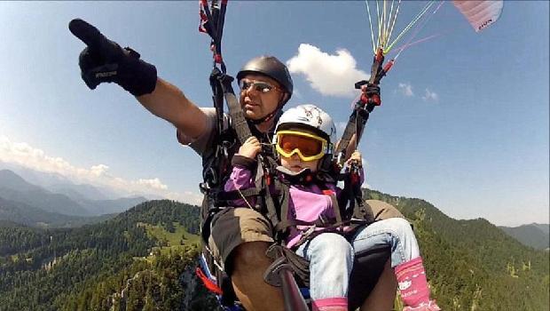 三岁女童随父亲挑战1980米高空滑翔伞