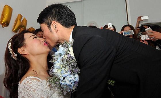 7秒哥吉翔大婚:兴奋吻倒新娘 百万宾利婚车